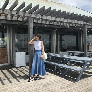 週末の海へは「白タンク×デニムスカート」の鉄板スタイルで!