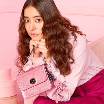 新木優子がクリスマスにコーチのバッグを選ぶなら…スペシャル企画始動!