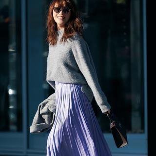 女らしさに視線集中!「揺れツヤスカート」で冬コーデを春まで素敵に着こなす