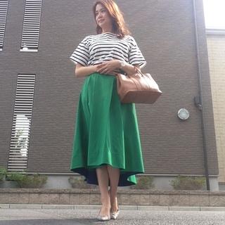 鮮やかグリーンスカートで残暑を楽しむコーデ。