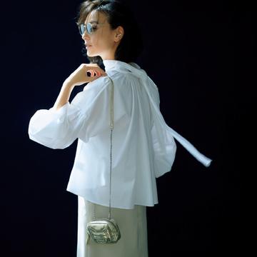 バックシャンな白ブラウスで大胆デザインに挑戦【瞬間着映え服でおしゃれに】