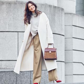 冬でも女らしく!白のノーカラーコートで女っぷりコーデ