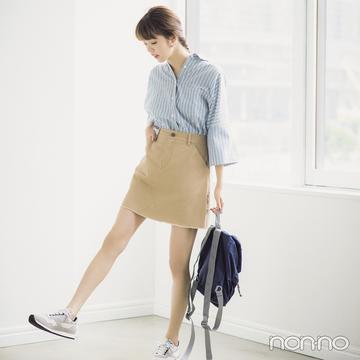 ひざ上スカートの夏コーデ、カジュアルチノ&スニーカーが正解!
