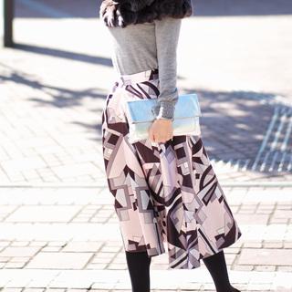 春を先取りしたいから、コーデの主役はきれい色スカート