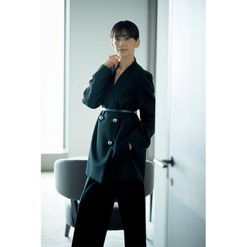余裕ある大人女性に似合う「ジル サンダー」のカラーレスジャケット【成功を約束する黒ジャケット】