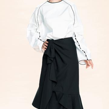 1. 白×黒、ブラウス+スカートにフェミニンとモードをひとさじ