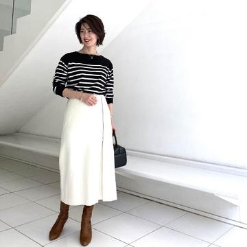 広がりすぎないナロースカートですっきり見え