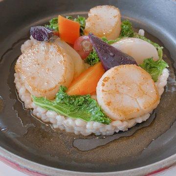 ホタテのポワレ 大麦のリゾットと夏野菜
