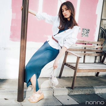 新木優子はニットワンピにシャツをはおって爽やかさも色っぽさも【毎日コーデ】