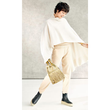 富岡佳子が纏う「J&M DAVIDSON」の靴&バッグでカジュアルコーデに品格を