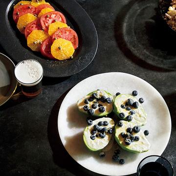夏らしく爽やかに味わう!「トマトとオレンジのケイパーサラダ」&「アボカドとブルーベリーのヨーグルトサラダ」