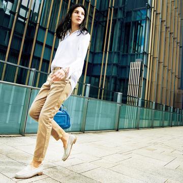 """スタイリスト・池田奈加子流 ヨーロッパ流の女らしさを表現した""""大人のチノパンツ着こなし術"""""""
