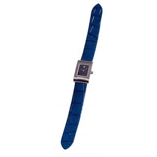 ブルーのベルトが手元に知性を演出する、ブシュロンの腕時計