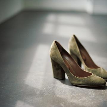 3. 太ヒールのカーキ<パンプス>で 足もとからスペシャルな女性に
