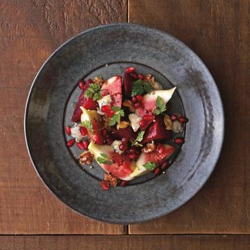 4.赤い果実と野菜、チーズのサラダ