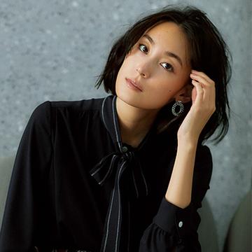 スタイリッシュな装いが大人なムードたっぷり。ブラック&ネイビー系ワントーンスタイル6