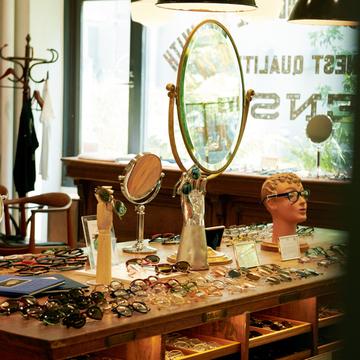 世界中からファンが訪れる、メガネ界のカリスマの店へ【最新メガネNews】