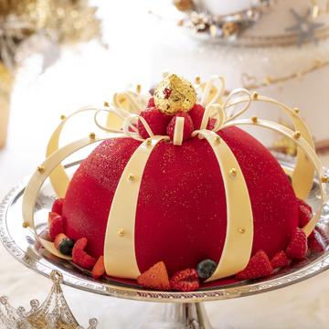 話題のルビーチョコレートのムースにラズベリーとパッションフルーツの酸味を効かせ、王冠のような装いに仕上げた「女王陛下アリス」