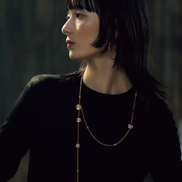 【大人のネックレス、復活!】シャネルのロングネックレスは何通りものつけ方が楽しめる