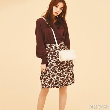 ブラウン系花柄スカートで大人のミニスカスタイルを楽しむ♡【毎日コーデ】