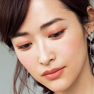 ☆赤みのある目もとで女らしく、 唇はマットで旬な優しさを