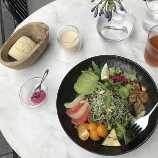 野菜不足を感じたら!表参道「ELLE café」のクレンズサラダがおすすめ♡
