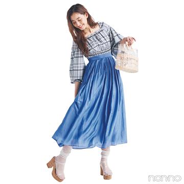 新木優子はブルーのワントーンコーデにPVC小物でトレンド感をプラス【毎日コーデ】
