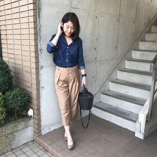 マディソンブルーの定番「デニムシャツ」×キャメルカラーで春スタイル