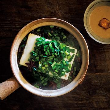 花椒と八角で辛味と香りをプラス! 豆腐とニラのスパイス湯豆腐【絶品鍋レシピ28days】