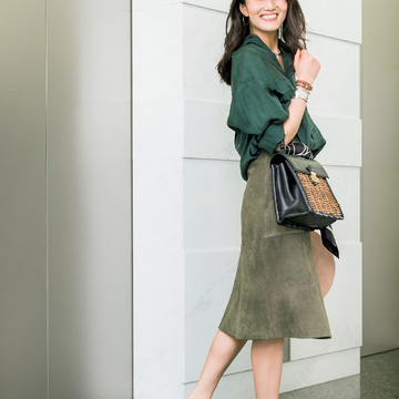 4.シルクシャツ×スエードスカート、素材の妙で奥行きをつくる濃色ワントーン