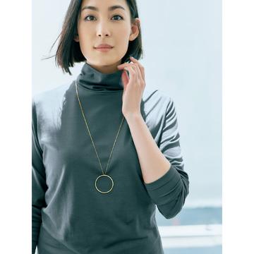 装いのモダンなアクセントに「MARIA BLACK」サークルチャームネックレス
