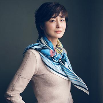 エルメスの新作スカーフを洒脱なアクセントに【富岡佳子「エルメスの新名品」】