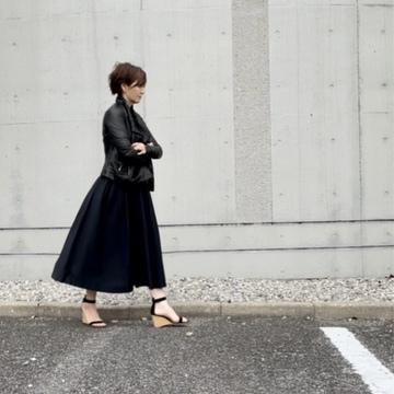 黒スカートと肌寒い春のアウター