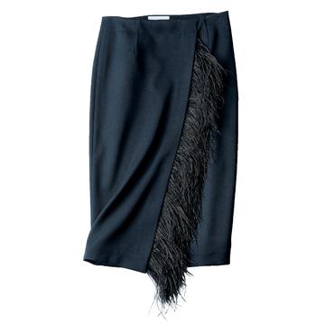 2.フェザーつきスカートなら一着で、会議もパーティもはしごできる!