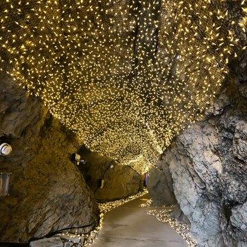 岩屋洞窟内のライト装飾