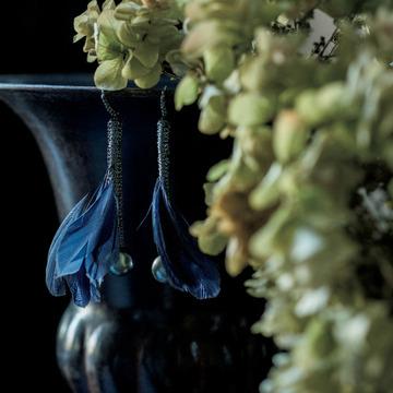 4. 神秘色のフェザーからのぞく、ブラックパールの美しさを耳もとで