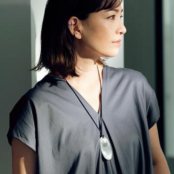 ソフィーブハイのレザーコードネックレスで装いに抜け感を【旬のネックレス】