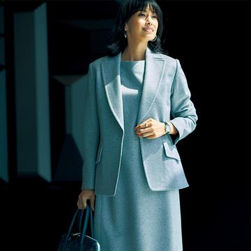 カシミヤ100%素材の「ライトグレー」が装いに華をもたらす【エレガントに装う日のジャケット×ワンピース】