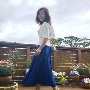 ドラマチックな『白ブラウス』とロイヤルブルーのスカート