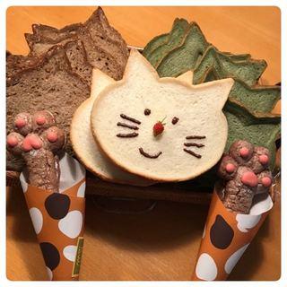 朝食が楽しくなるネコ型の食パン♪