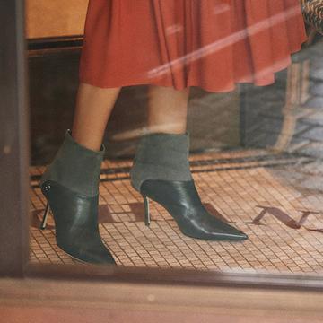 大人の女の秋に華をそえる、華奢ヒールのショートブーツ【秋を先どる大人靴】