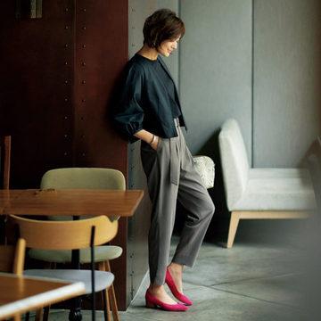 富岡佳子さんが着る「E by éclat」のとろみ腰高テーパードパンツ