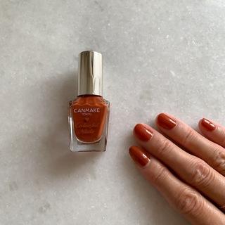 【CANMAKE新色】ブラウン寄りの焦がしオレンジネイルが気分|大人カジュアル研究部
