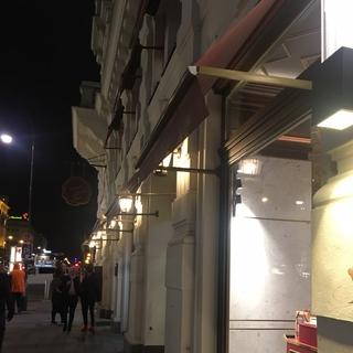 有名な「ザッハー」。美味しいケーキやチョコレートがカフェの隣のお店で買うことが出来ます。カフェで頂くケーキをホールで日本へのお土産やプレゼントに買ったりします。