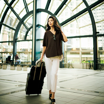 涼軽スーツ×高機能白パンツは夏の必需品!清涼感を意識した「出張コーデ」 五選