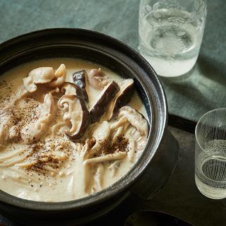 だしの風味と一緒に日本酒を楽しむ!鶏肉ときのこの豆乳小鍋レシピ【平野由希子のおつまみレシピ #30】