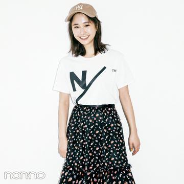 スポーツロゴTシャツ、ロングスカートと合わせるのがトレンド!