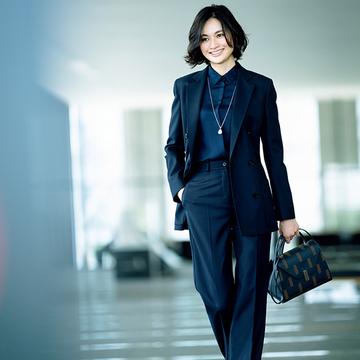 洗練された印象を与えるスーツスタイルは「ワントーン」【マダム戸野塚流「働くスーツ」】