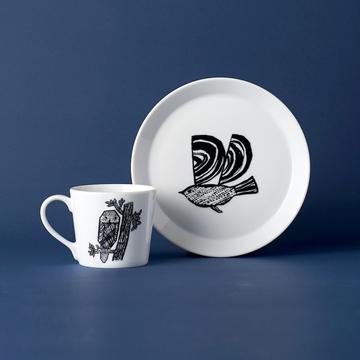 鳥やフクロウが、食卓に優しい風景を運んできてくれる。プレートはSとLサイズ、マグカップは1サイズを展開