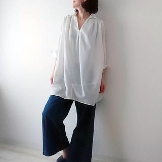 カジュアルすぎない白シャツで40代リラックスコーデ。